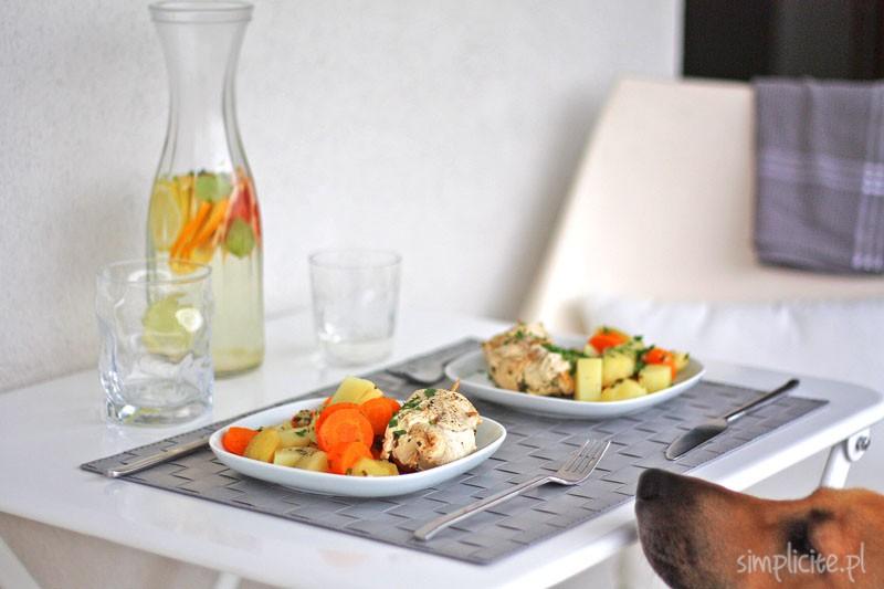 Zdrowy obiad: duszone roladki z piersi kurczaka nadziewane serem i pietruszką