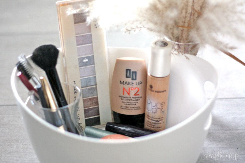 Toaletka Minimalistki. Kosmetyki do makijażu