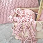 DIY: poszewka na poduszkę na drutach ze zpagetti