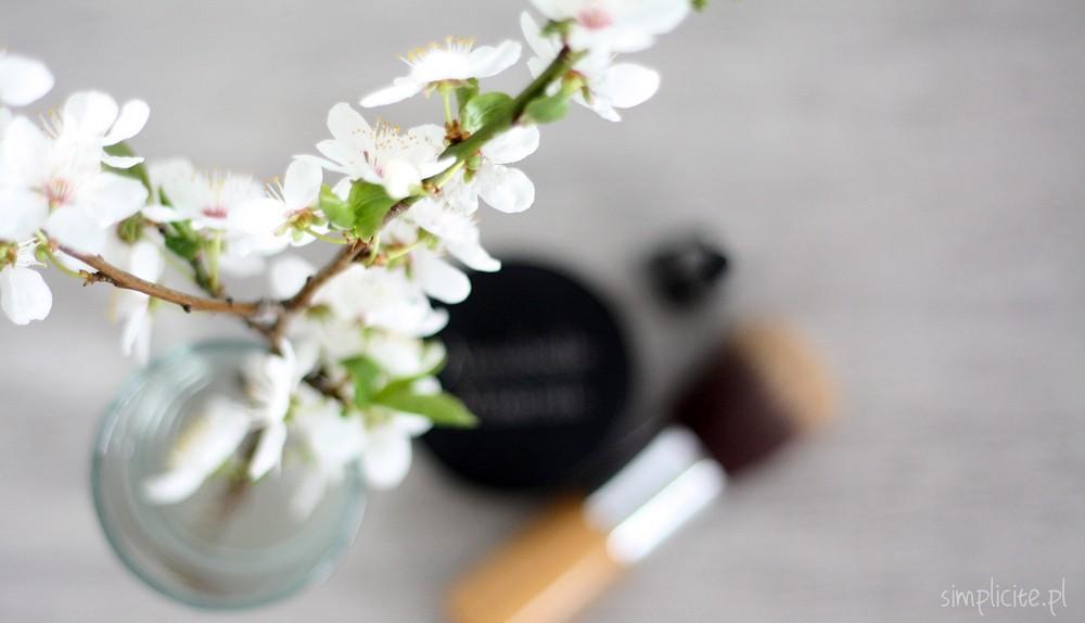 Toaletka Minimalistki. Kosmetyki do makijażu na wiosnę