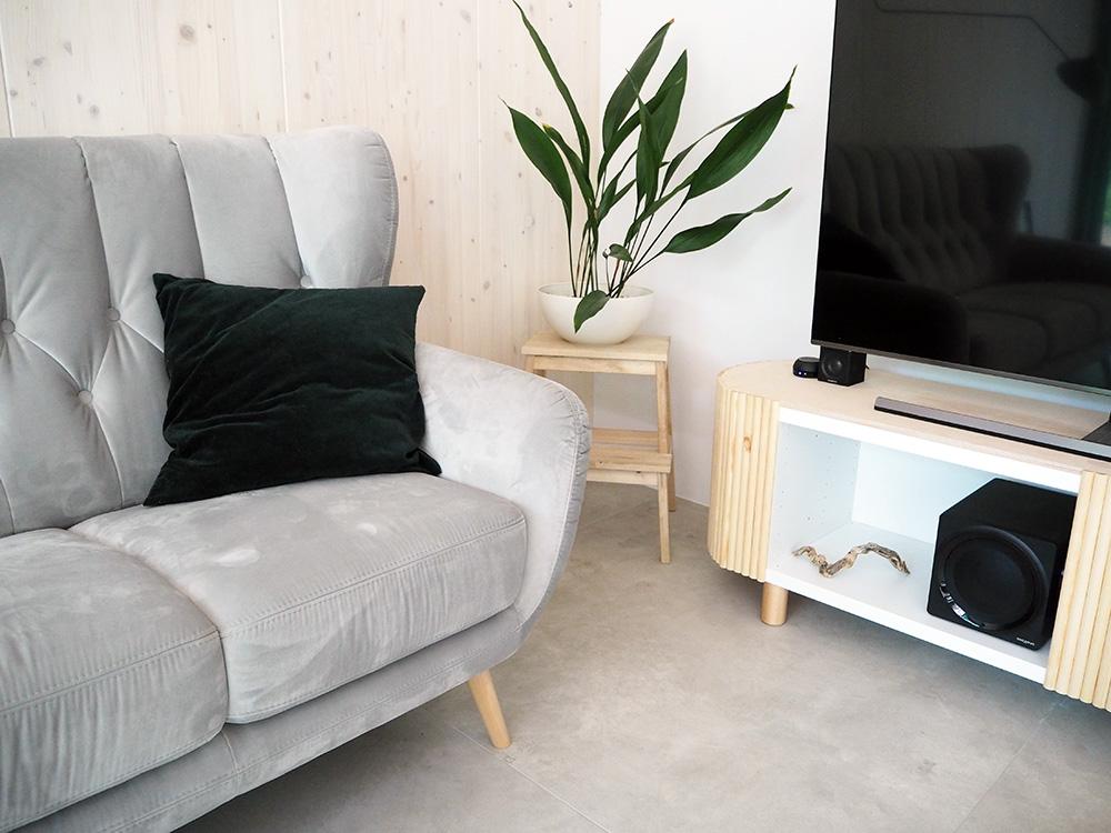 Minimalistyczno Eklektyczny Salon W Drewnianym Domu W Lesie