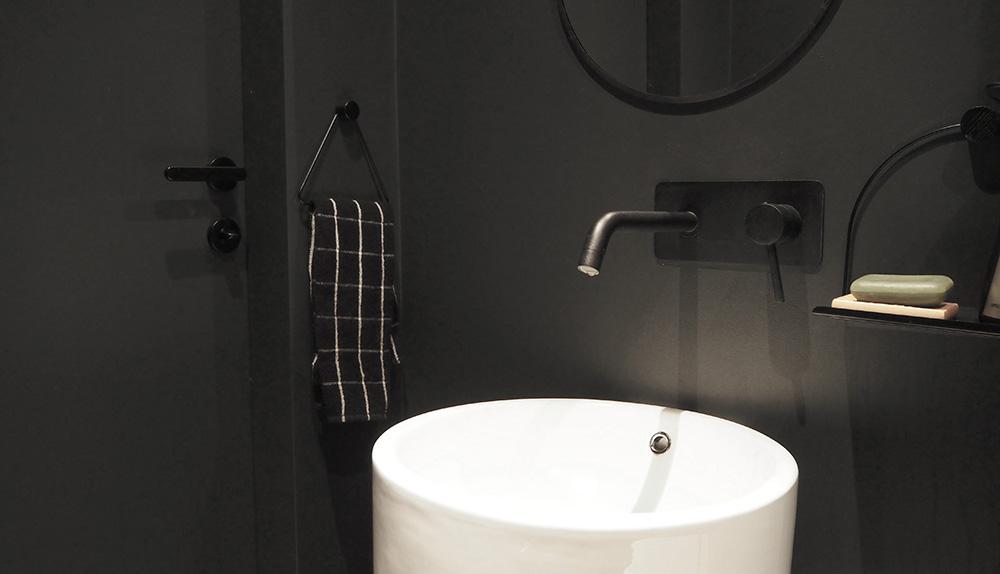 Czarna łazienka i inne kolory w naszym domu (zielona ściana!)